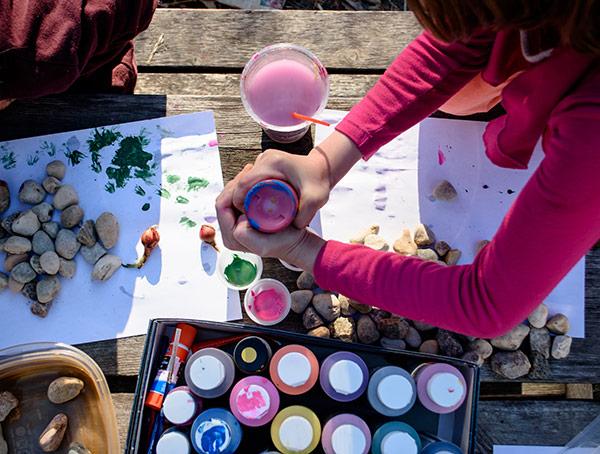 Imagine sfat: 3. Organizează un atelier creativ de desen pe pietre