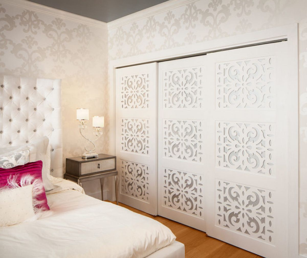 Imagine sfat: Poți camufla ușa interioară într-un ansamblu de panouri decorative