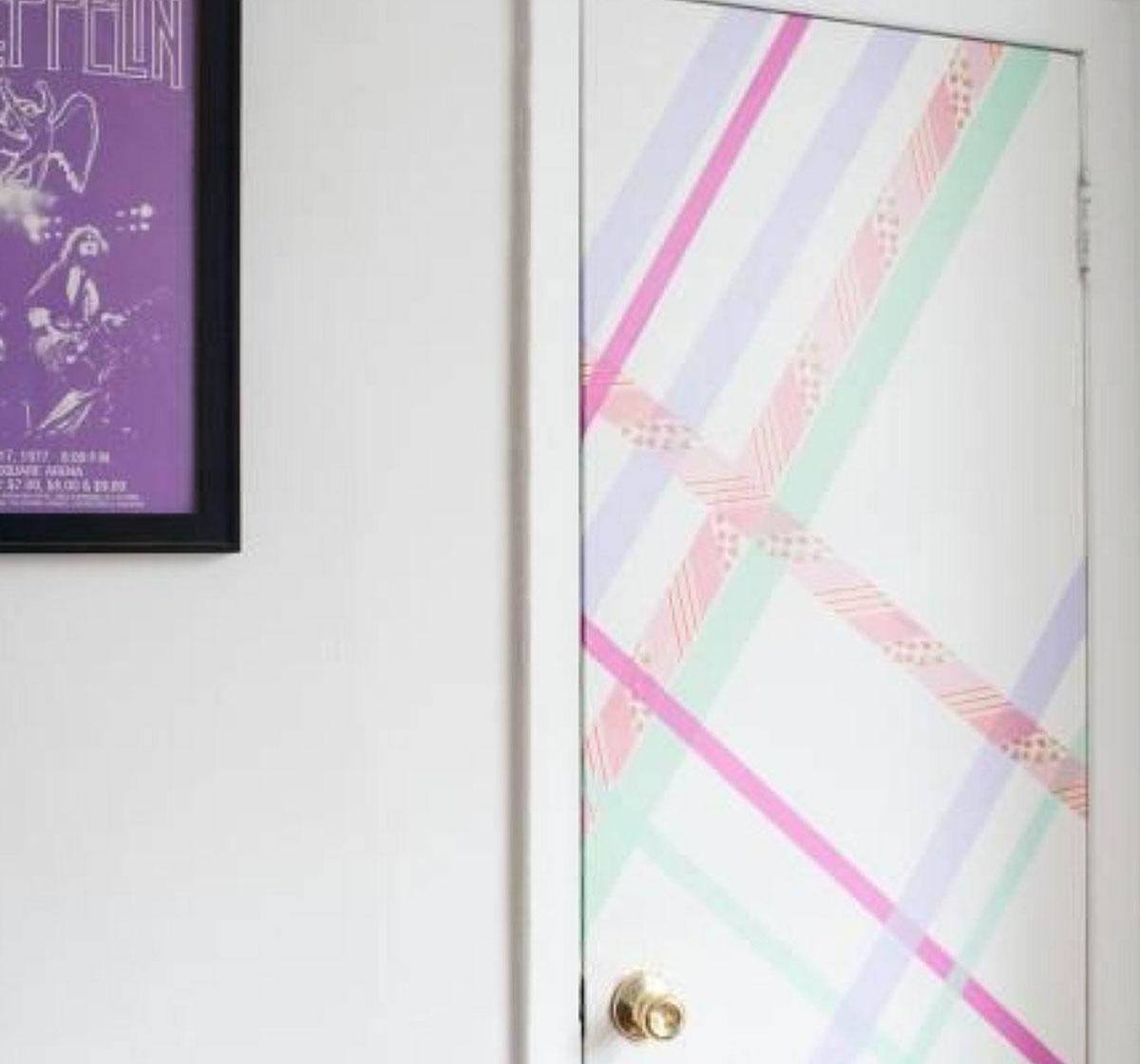 Imagine sfat: Poți aplica benzi adezive decorative pe ușă pentru a crea un efect artistic.
